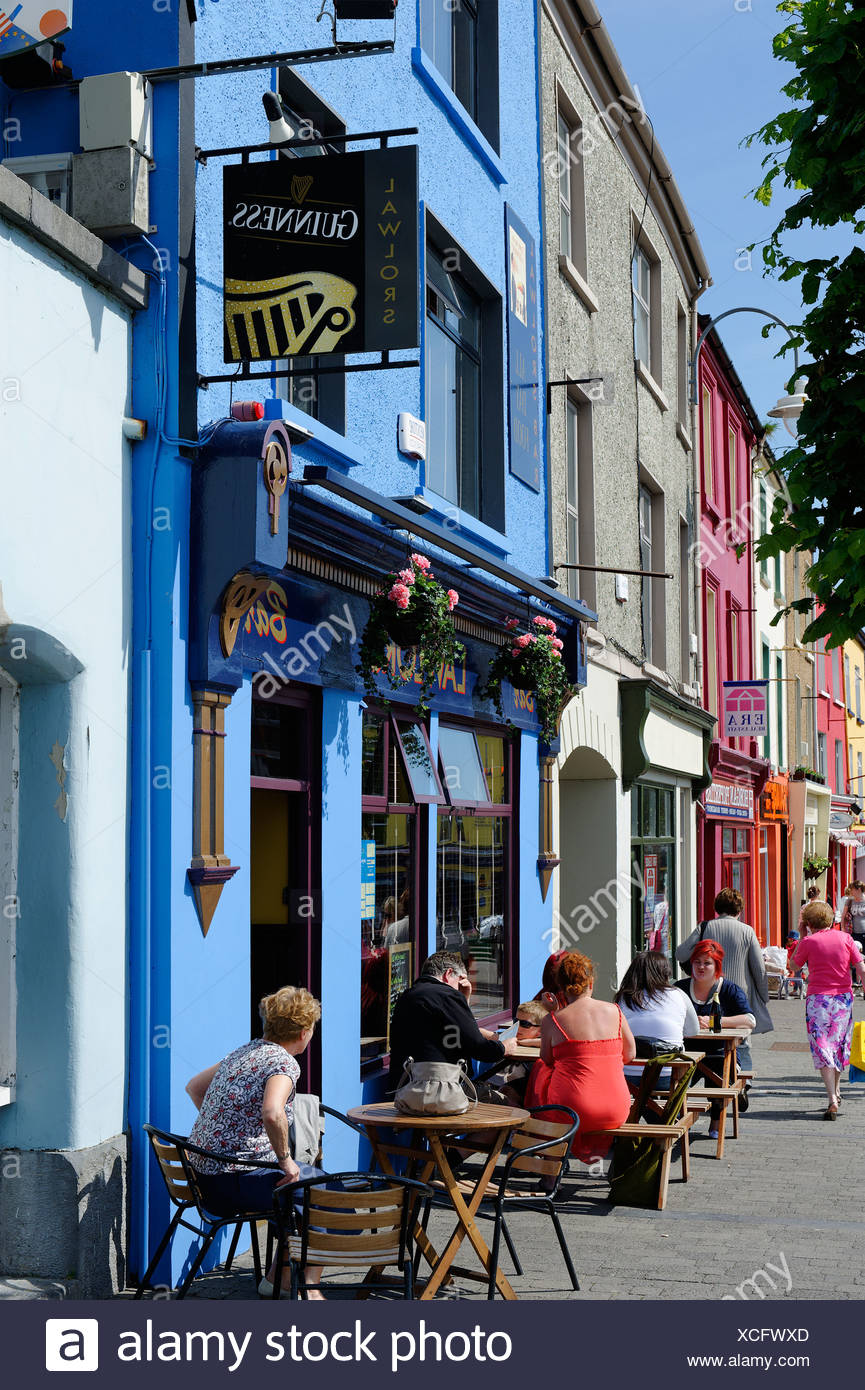 I tavoli e le sedie al di fuori di un pub, Listowel, nella contea di Kerry, Irlanda, Europa Immagini Stock