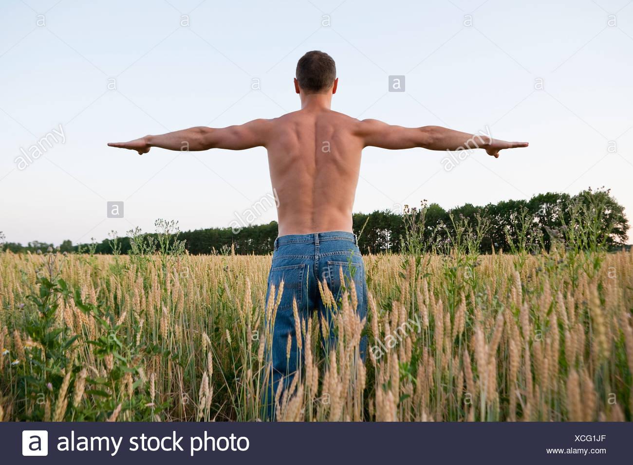Russia, Voronezh, l'uomo esercita nel campo Immagini Stock
