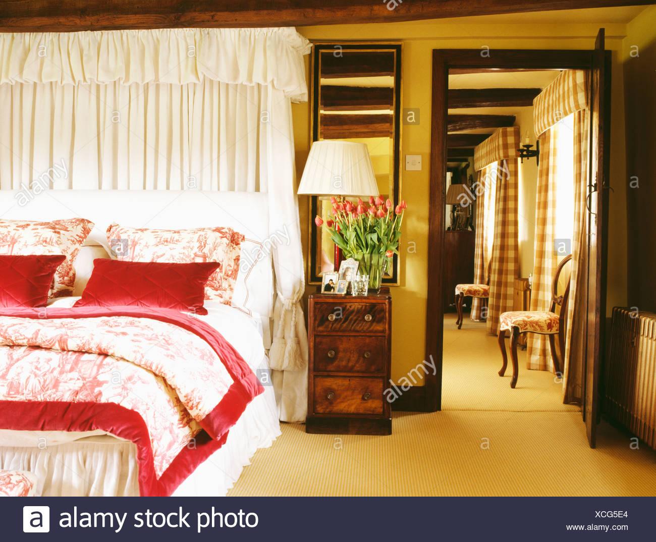 Camere Da Letto Rosse E Bianche : Drappi bianchi sopra il letto con toile de jouy e lenzuola di seta