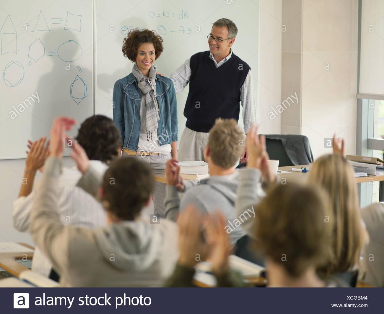 Professore e studente di college in corrispondenza della parte anteriore della classe Immagini Stock