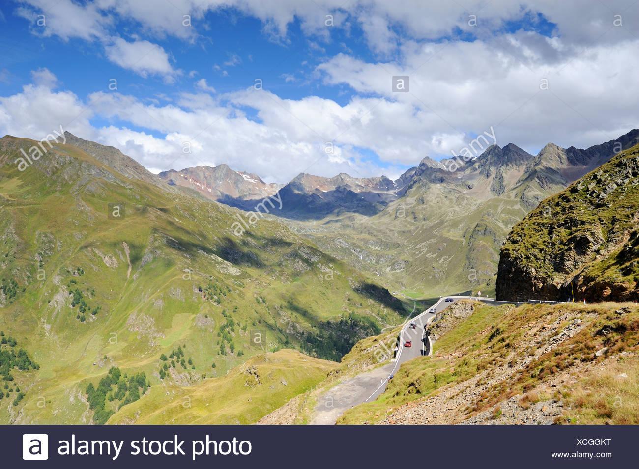 Curve a serpentina del passo Rombo alta Alpine road, Trentino Alto Adige, Italia, Europa Immagini Stock