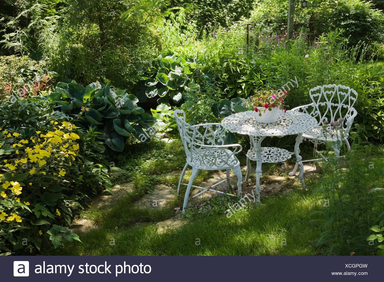 Tavoli E Sedie Da Giardino In Metallo.Metallo Bianco Tavolo E Sedie Da Giardino In Una Zona Residenziale