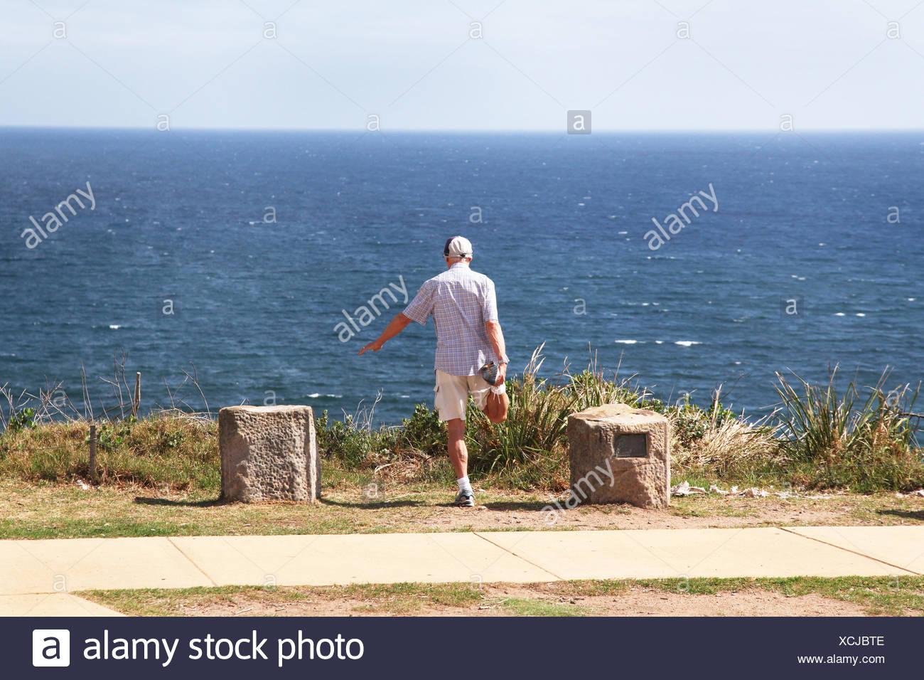 Australia, Nuovo Galles del Sud, Sydney, uomo avente idoneità di fronte Oceano Pacifico Immagini Stock