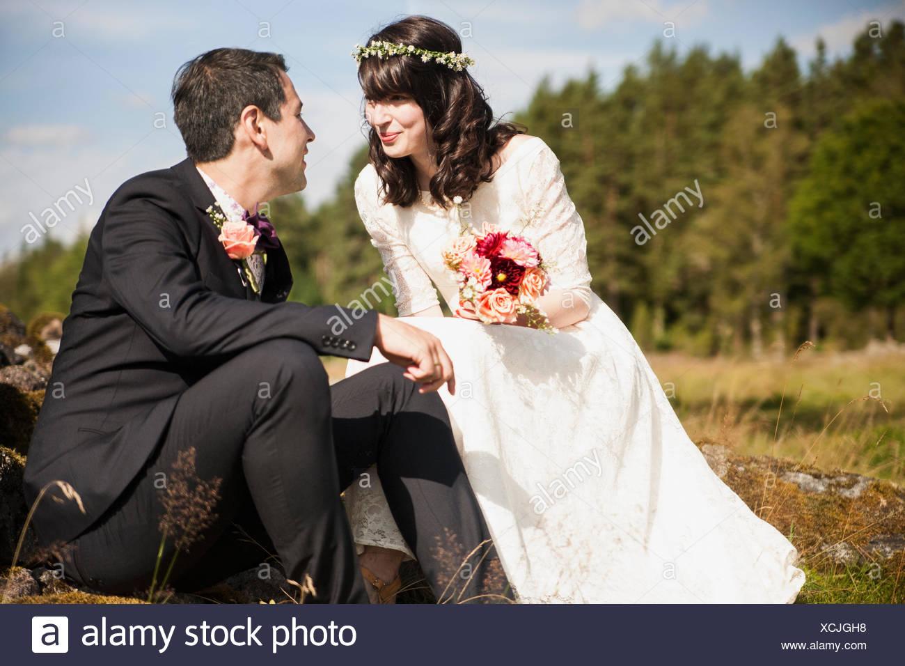 La Svezia, Smaland, Vetlanda, Holsbybrunn, sposi novelli faccia a faccia nel campo Immagini Stock