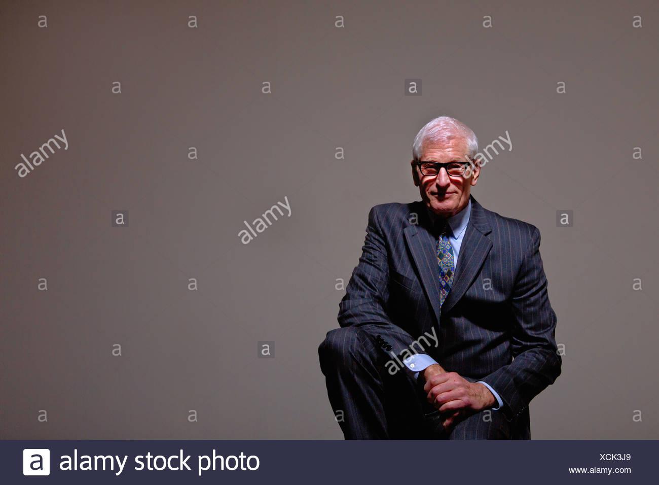 Ritratto in studio di raffreddare il senior uomo in tuta Immagini Stock