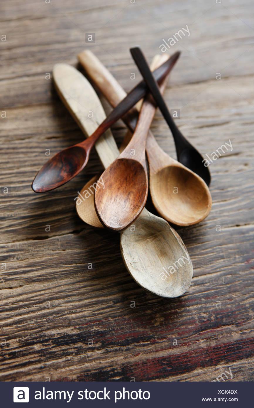Varietà di cucchiai di legno su sfondo di legno, close up Immagini Stock