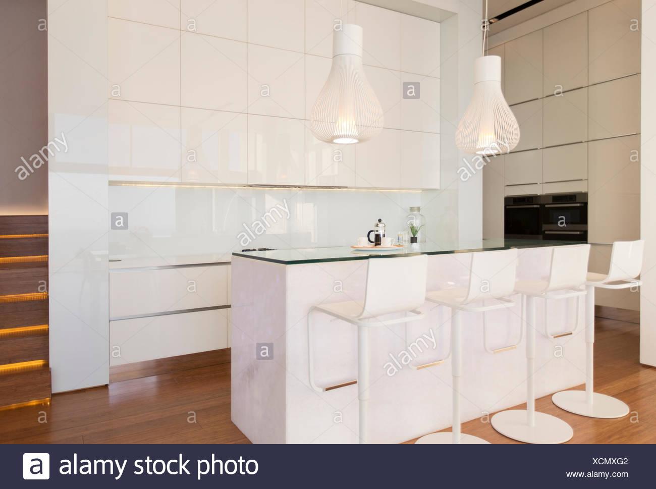 Sgabelli da bar a contatore nella cucina moderna foto immagine