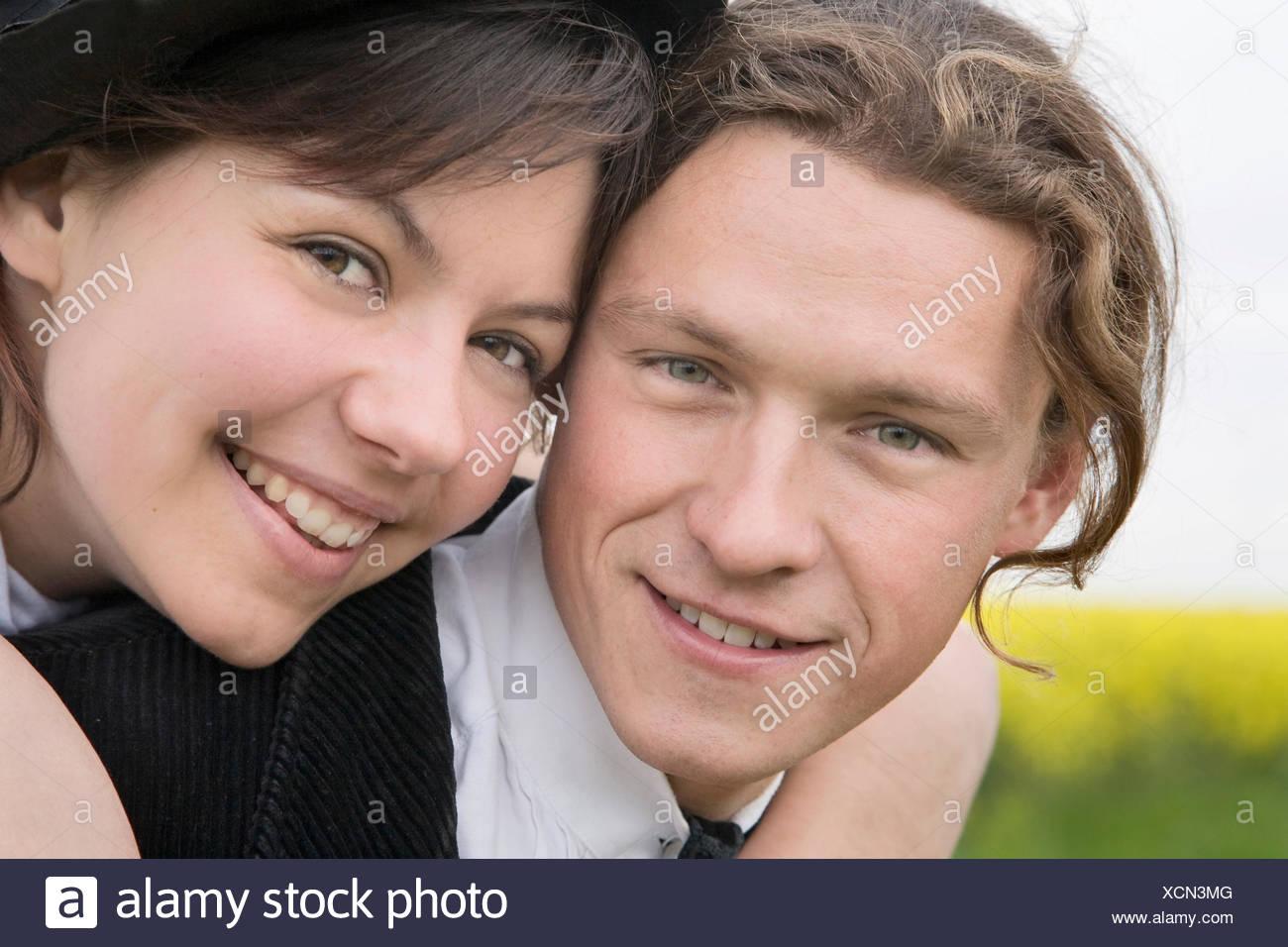 Giovane donna che abbraccia il suo partner Immagini Stock
