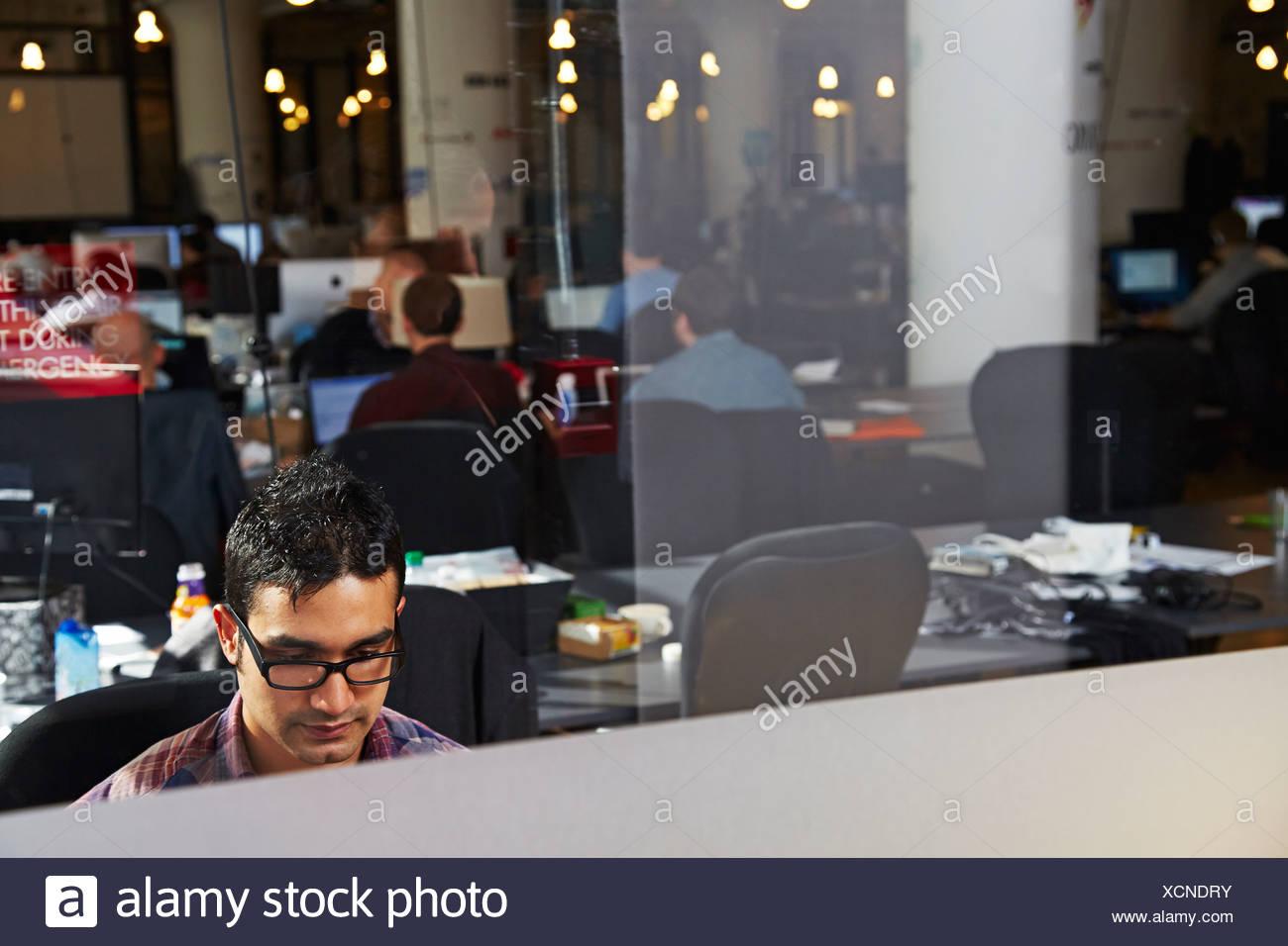 Giovane uomo che lavora in ufficio Immagini Stock