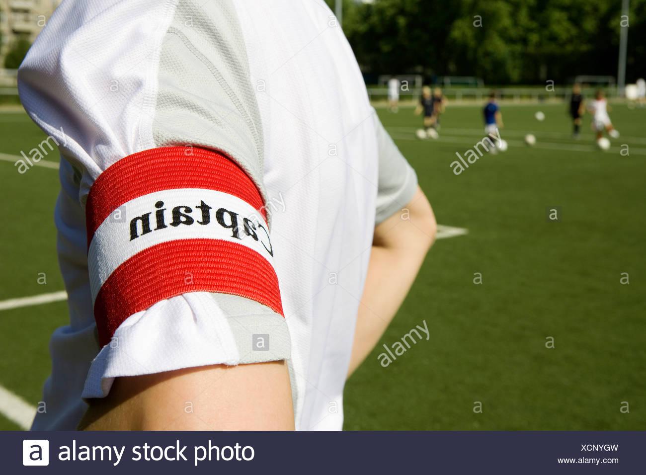 Una persona che indossa un 'capitano' fascia per il braccio Immagini Stock