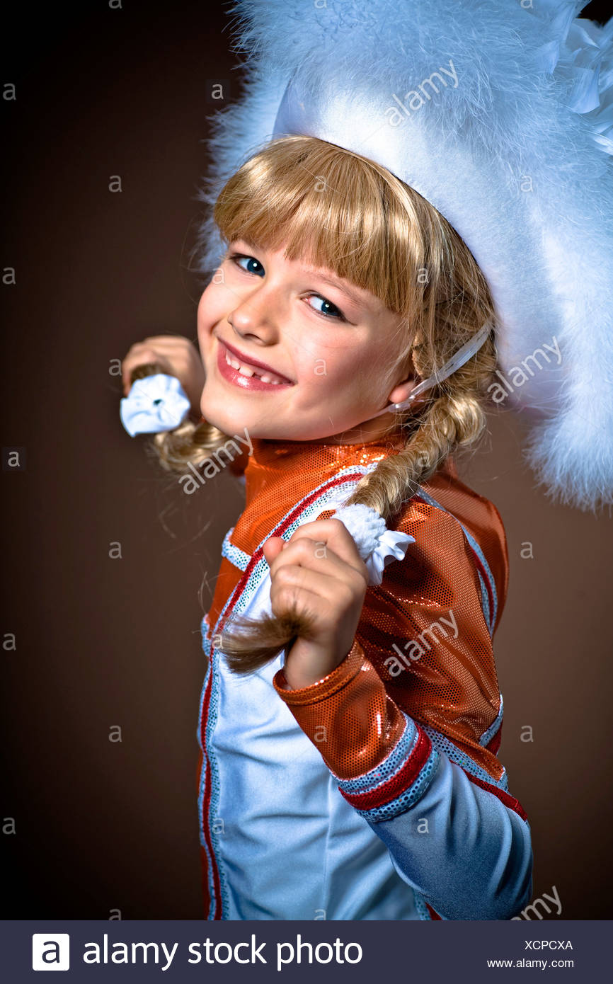 Ragazza, 7, indossando un Gardetanz costume di danza Foto Stock