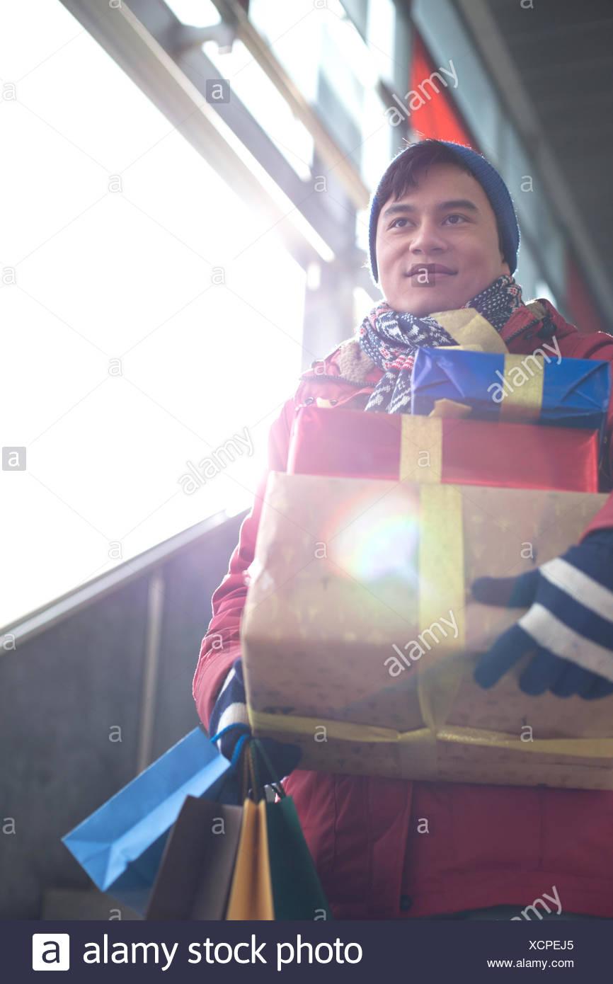 Basso angolo di visione dell'uomo azienda doni dalla finestra Immagini Stock