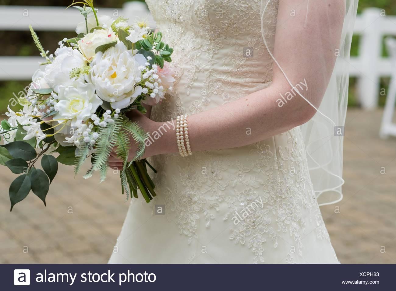 Bouquet Sposa Vero O Finto.Bouquet Nozze Detenute Da Sposa Fatto Di Fiori Finti Ma Sembra