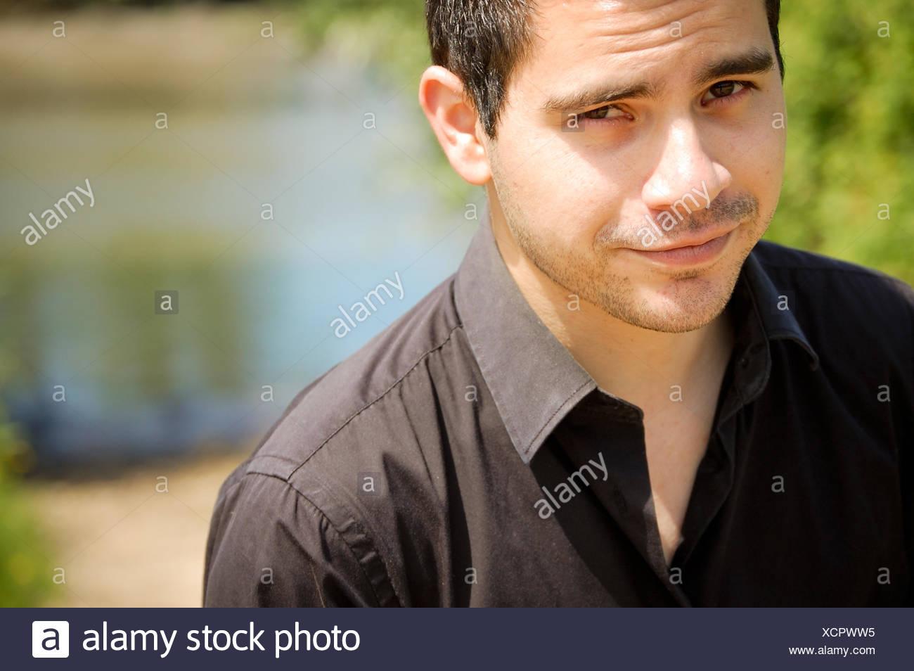 Ritratto di un uomo che guarda la fotocamera Immagini Stock