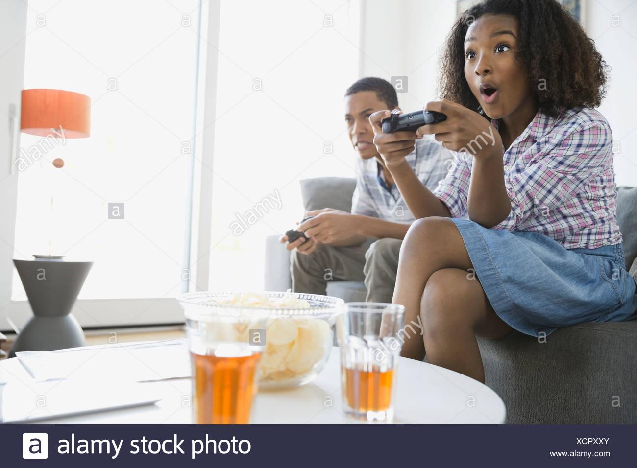 I fratelli la riproduzione di video giochi a casa Immagini Stock