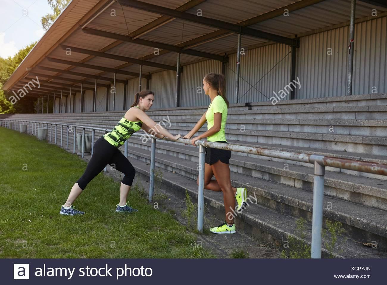 Giovani donne presso gli sport di terra Immagini Stock
