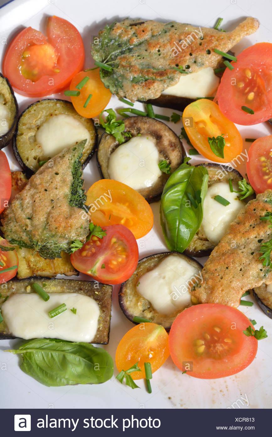 Piastra con pomodori, melanzane, cotta Ortica foglie Immagini Stock