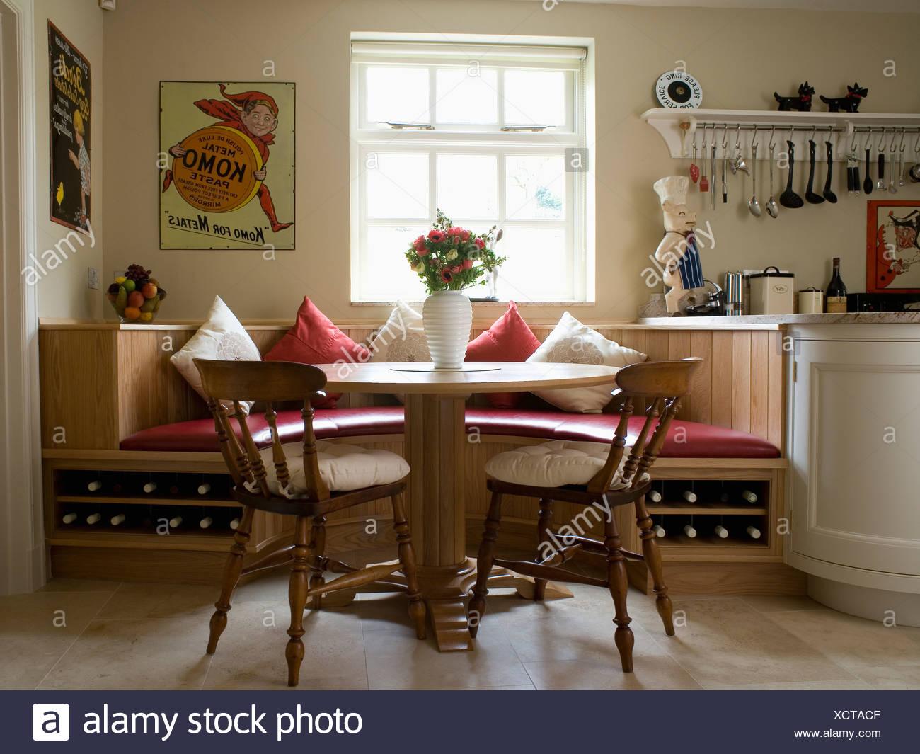 Tavola circolare e sedie di legno in cucina sala da pranzo Camera ...