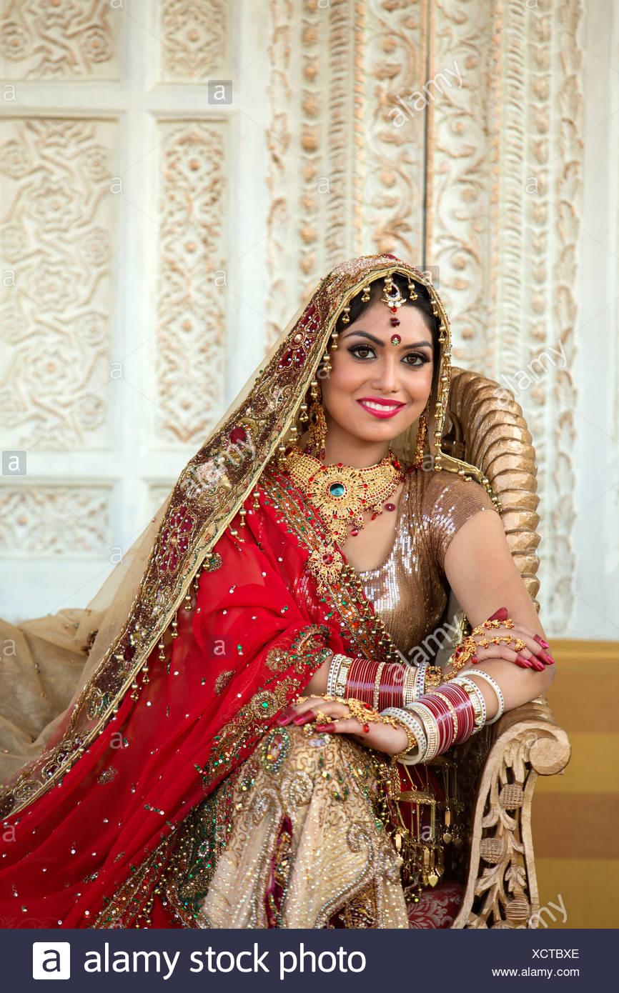 Vestiti Da Sposa Indiani.Sposa Indiano Nel Tradizionale Abito Da Sposa Seduta Su Un Divano