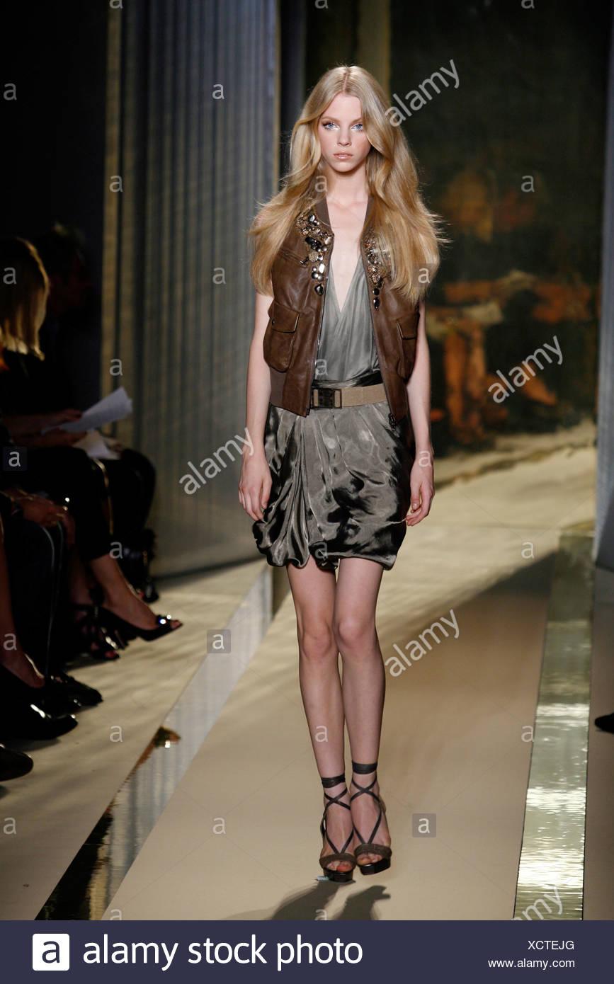 3043e333ab7e Donna Karan New York pronto a indossare Primavera Estate modello indossa  una seta grigio wrap su
