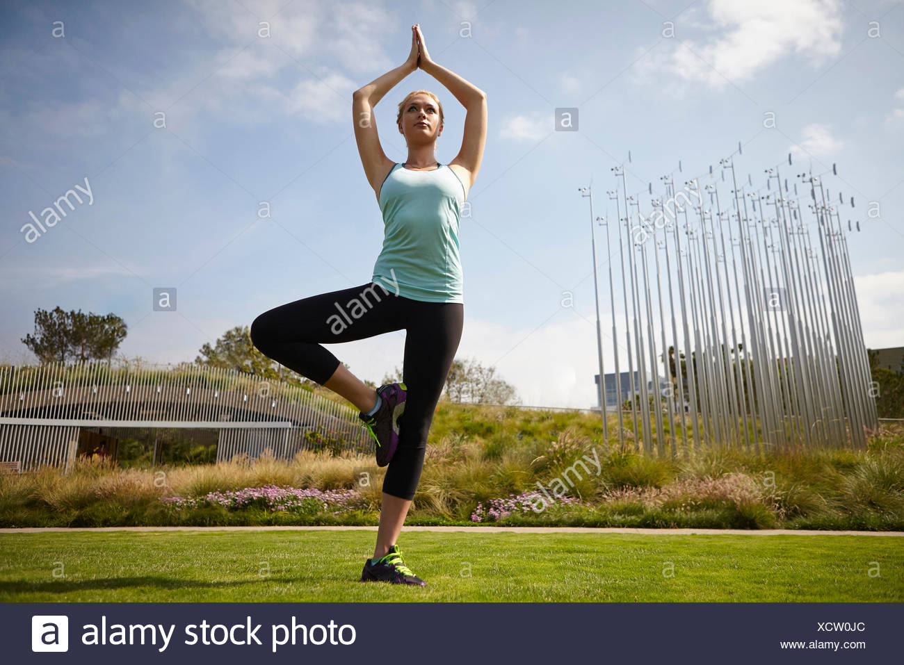 La donna a praticare yoga in posizione di parcheggio Immagini Stock