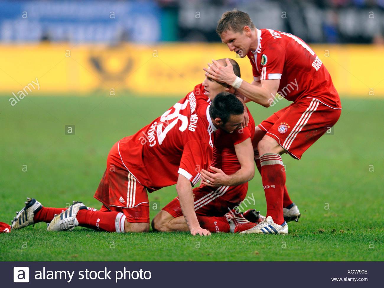 Arjen Robben il tifo dopo il suo obiettivo 0-1, insieme con Diego contento e Bastian SCHWEINSTEIGER, DFB tedesco di calcio Immagini Stock