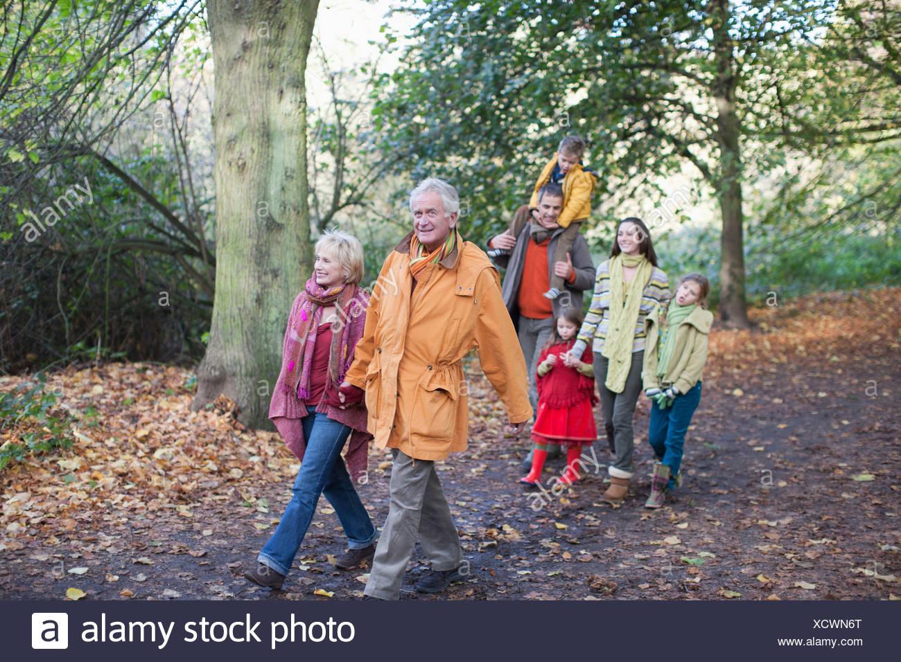 Famiglia estesa passeggiate all'aperto in autunno Immagini Stock