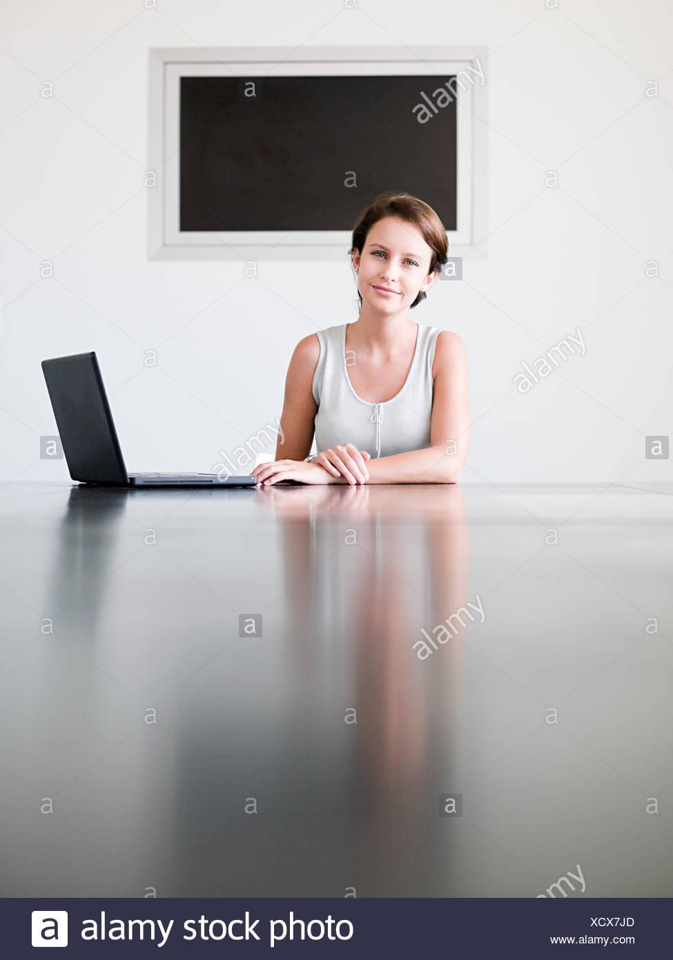 Giovane donna in una sala conferenze Immagini Stock