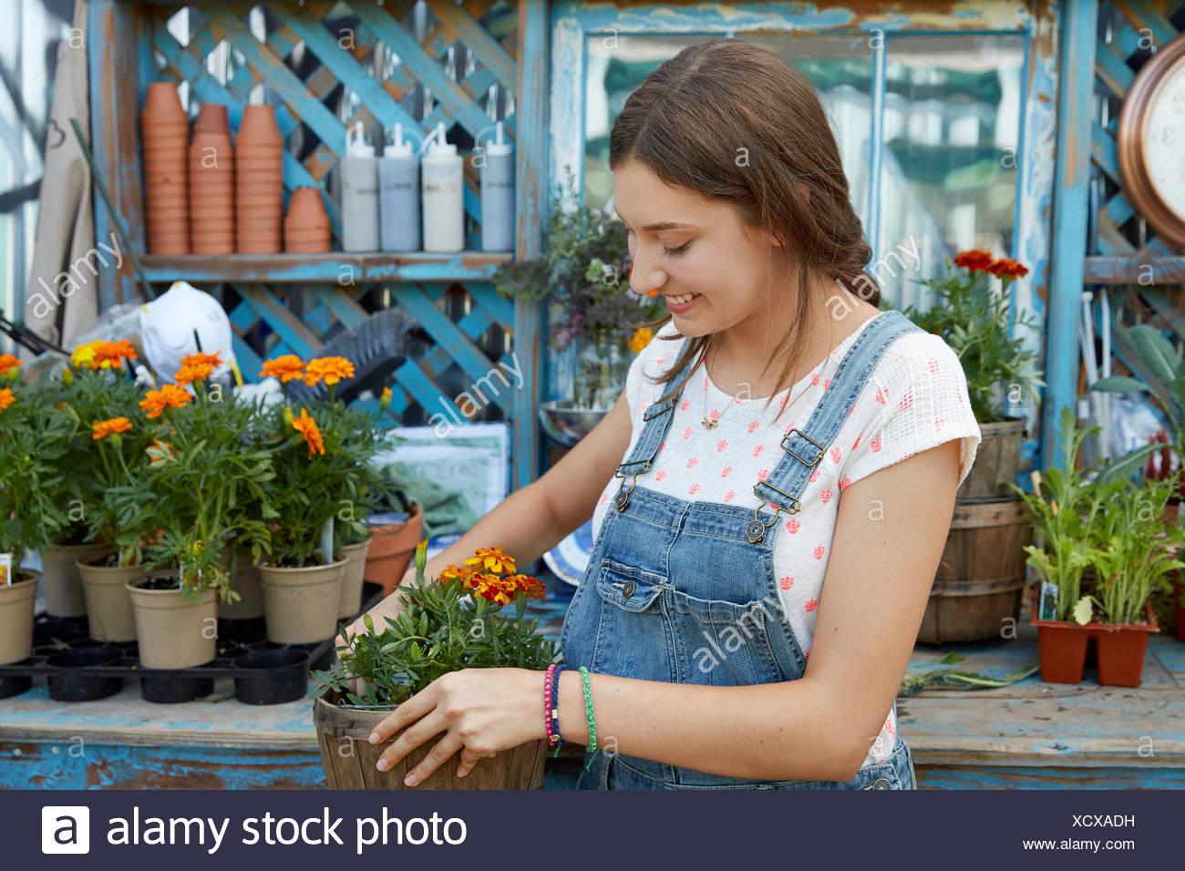 Sorridente Latina ragazza adolescente piantare fiori Immagini Stock