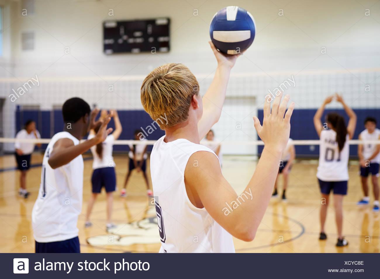 Alta scuola partita di pallavolo in palestra Immagini Stock