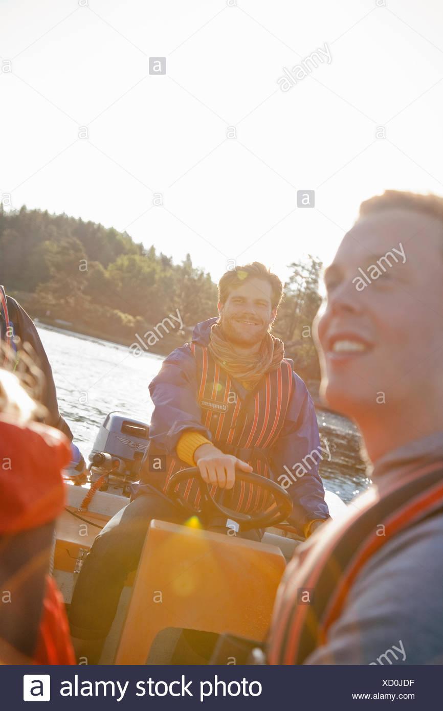 La Svezia, Uppland, arcipelago di Stoccolma, persone in barca a vela nella Baia Immagini Stock