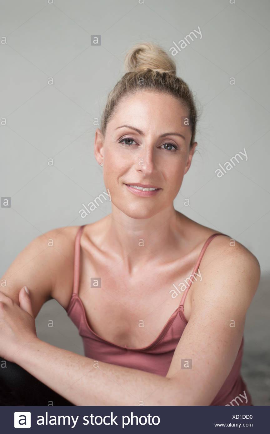 Ritratto di una metà donna adulta sorridente, Monaco di Baviera, Germania Immagini Stock