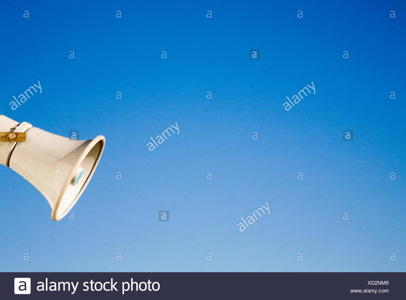 Off-centrato vista del megafono su sfondo blu Immagini Stock