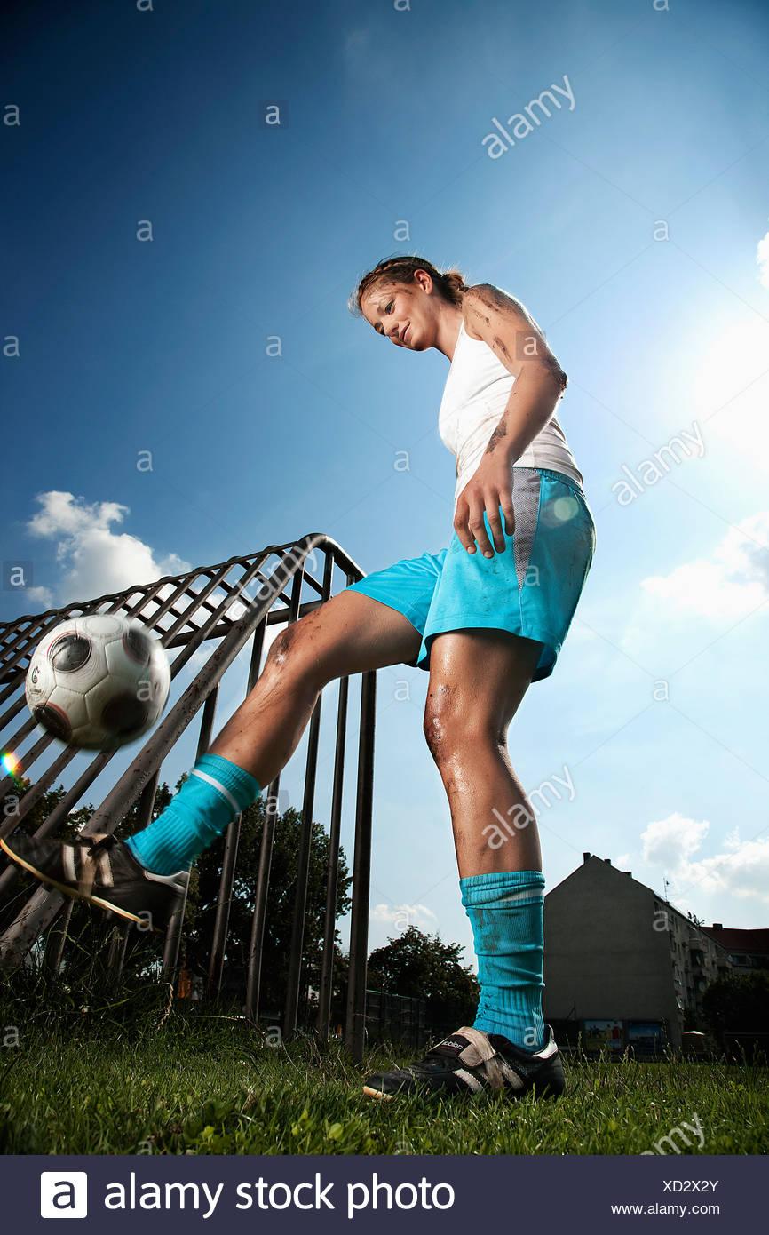 Calcio femminile giocatore che pratica con sfera Immagini Stock