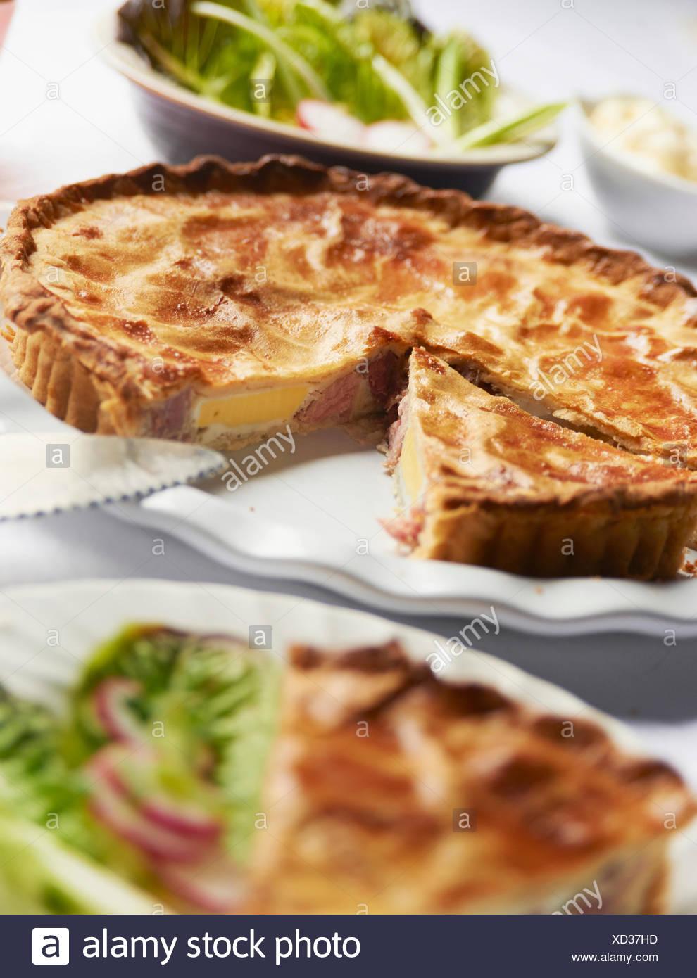 Il prosciutto casalingo e torta di uovo sulla piastra Immagini Stock