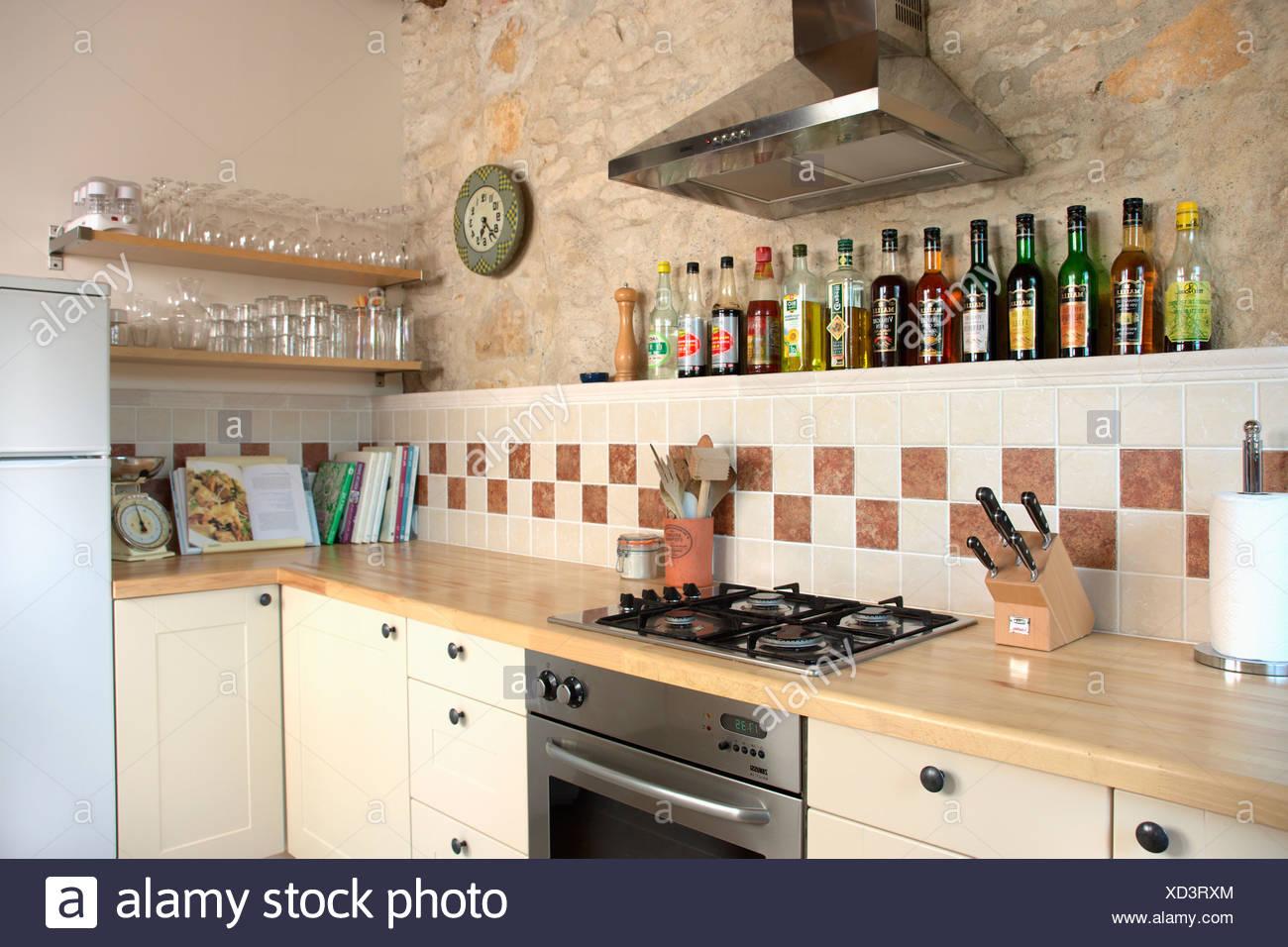 Cappa al di sopra del piano di cottura e forno in beige piccola ...