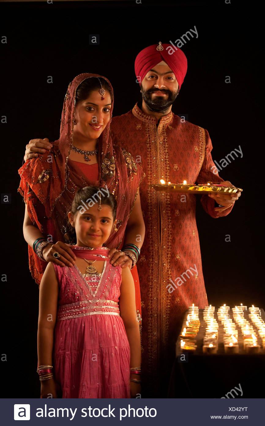 Ritratto di una famiglia Sikh con diyas Immagini Stock