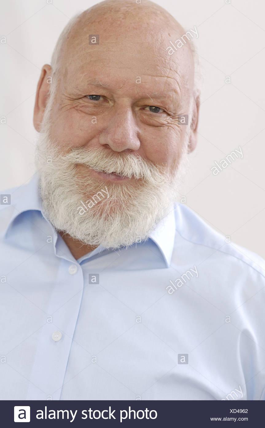 Senior, testa calva, pieno di barba e capelli bianchi, ritratto, modello  rilasciato, persone uomo ritratto dell uomo, cordiale, positivamente,  barba,