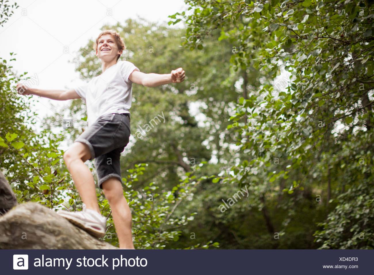 Ragazzo adolescente giocando in un parco Immagini Stock