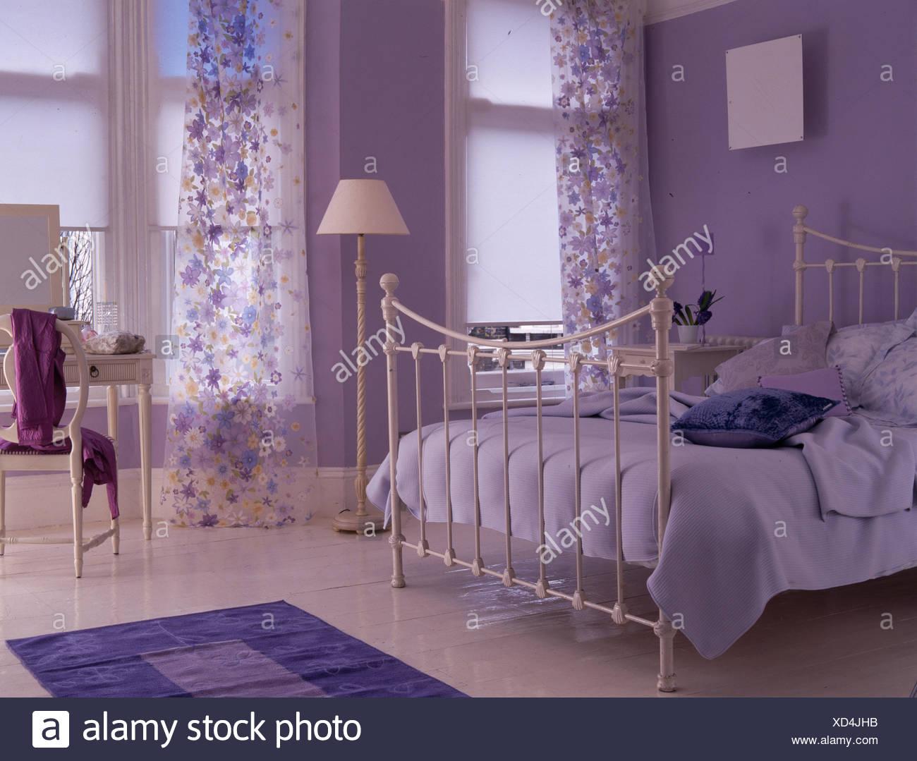 Malva Di Camera Da Letto Matrimoniale Con Il Bianco Letto Di Ferro Battuto E Tende Di Voile Foto Stock Alamy