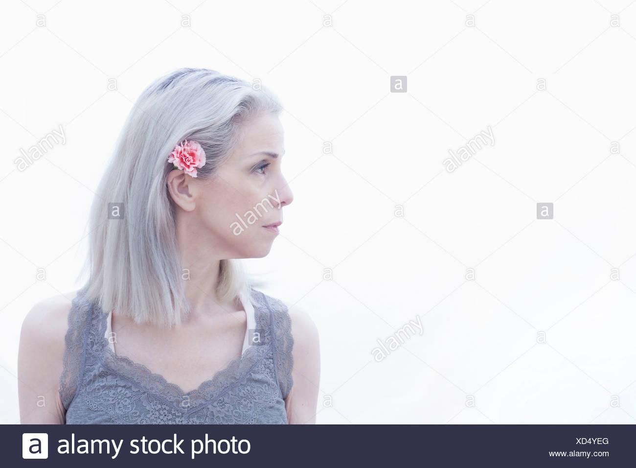 Ritratto di donna matura con fiore nei capelli Immagini Stock