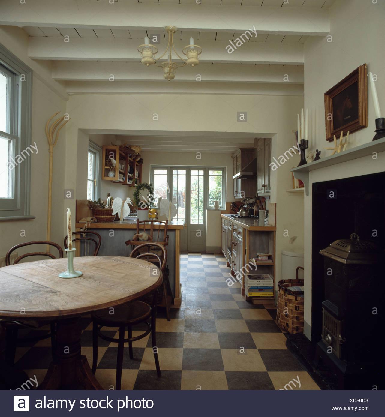 Bianco e nero pavimento a scacchi in cucina tradizionale sala pranzo ...