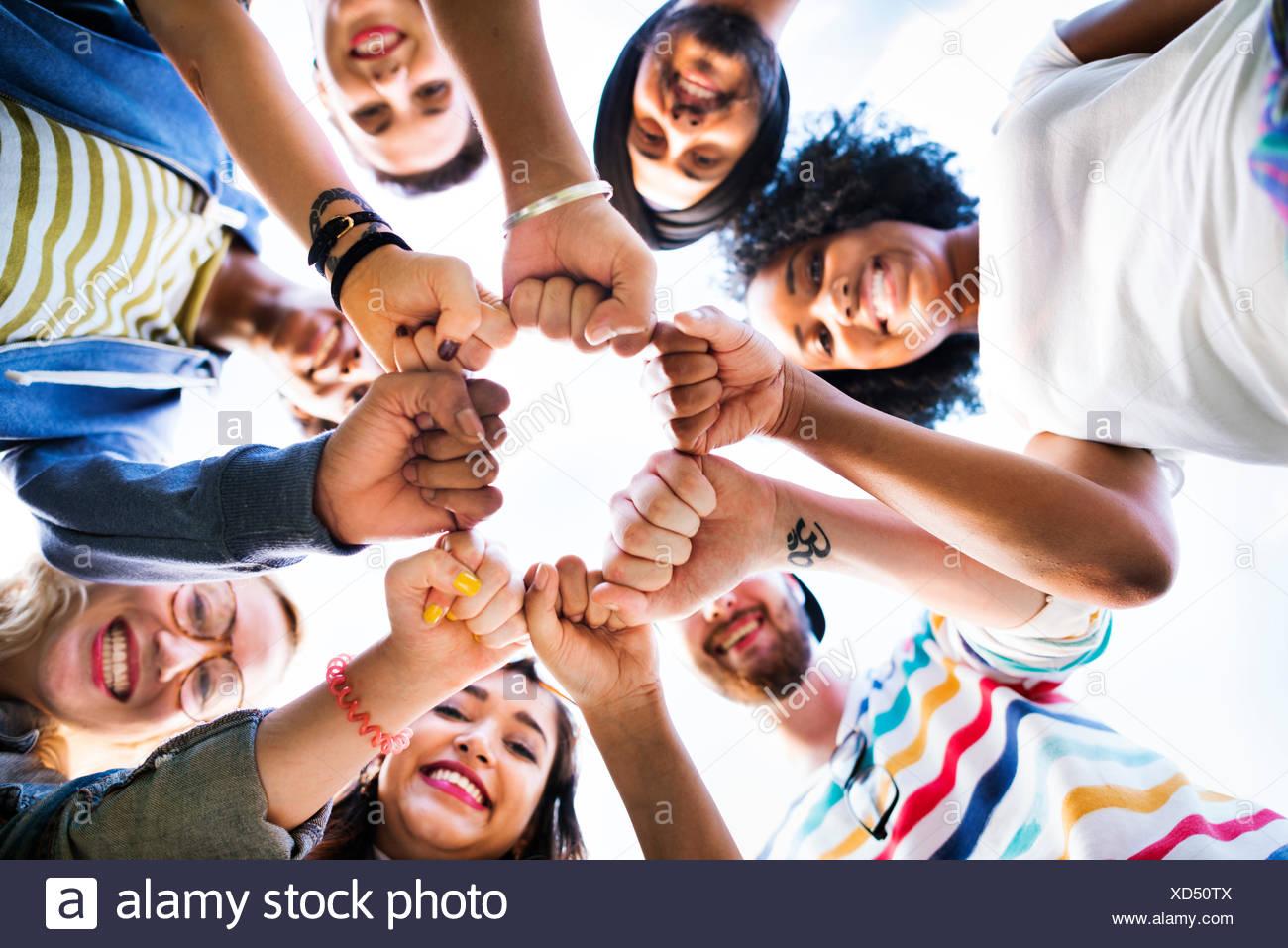 Pugno di amici insieme cerchio concetto del lavoro di squadra Immagini Stock
