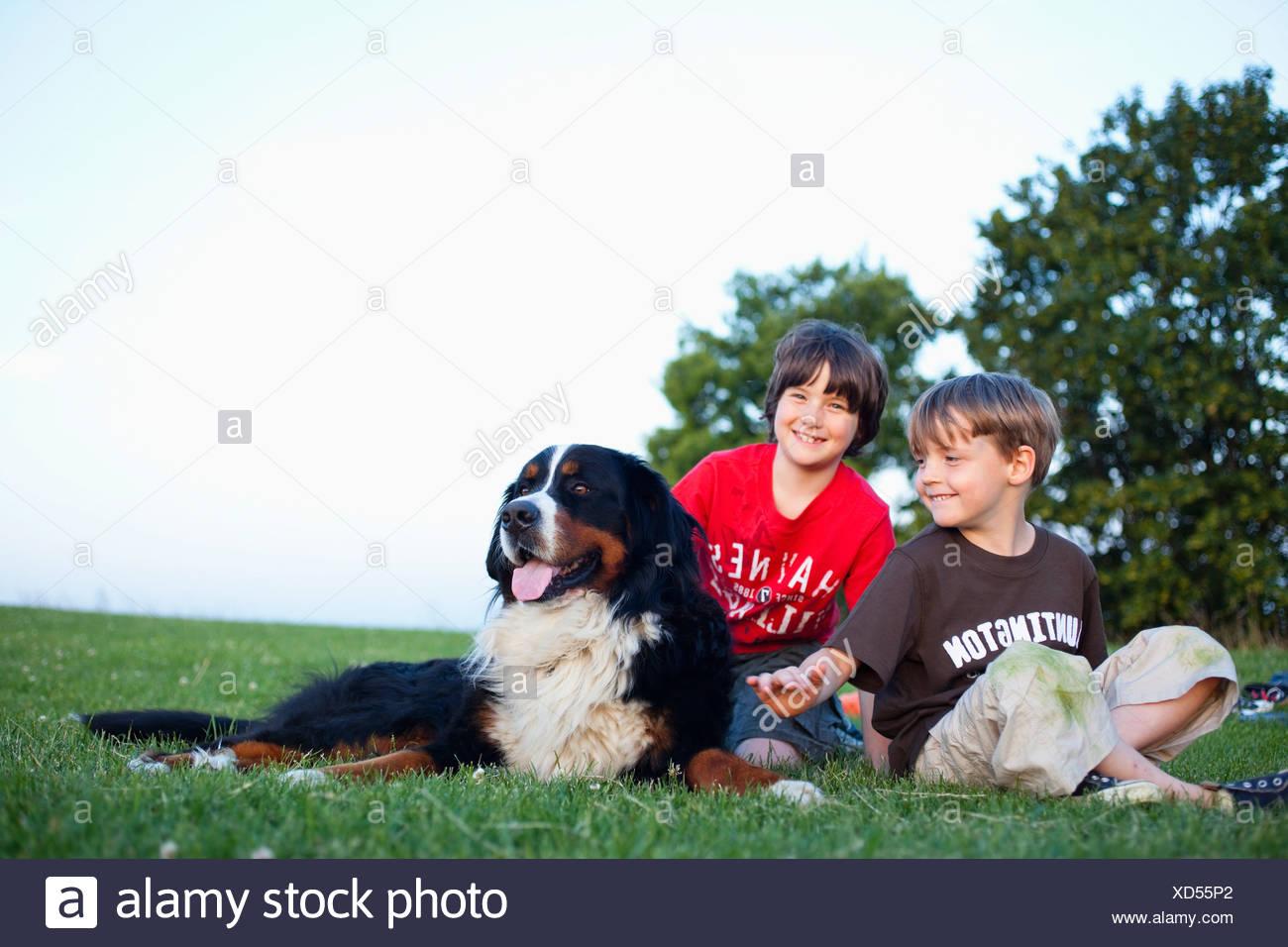 Due ragazzi con un enorme cane Immagini Stock