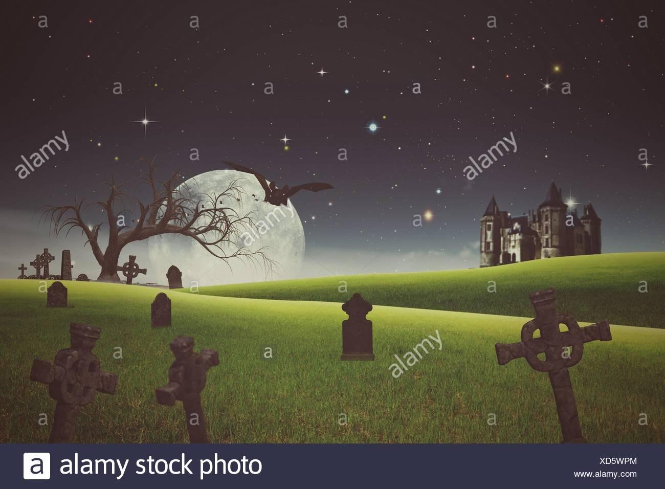 Gli sfondi di Halloween con il vecchio cimitero e abbandonato castello. Immagini Stock