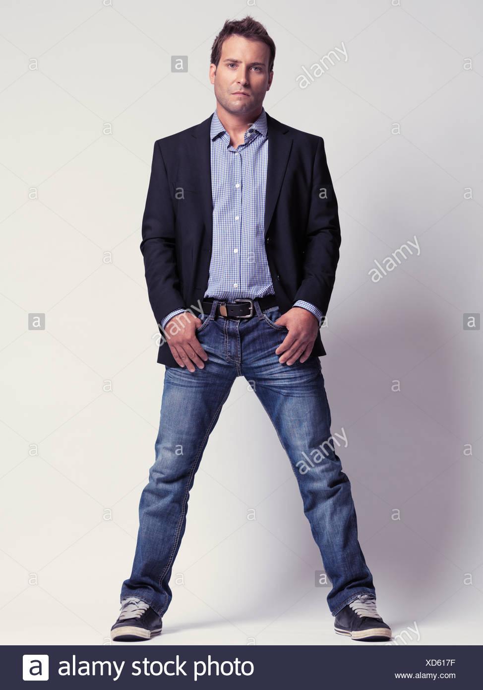 the latest e7f67 5c6ac Uomo che indossa jeans, una giacca e scarpe da ginnastica ...
