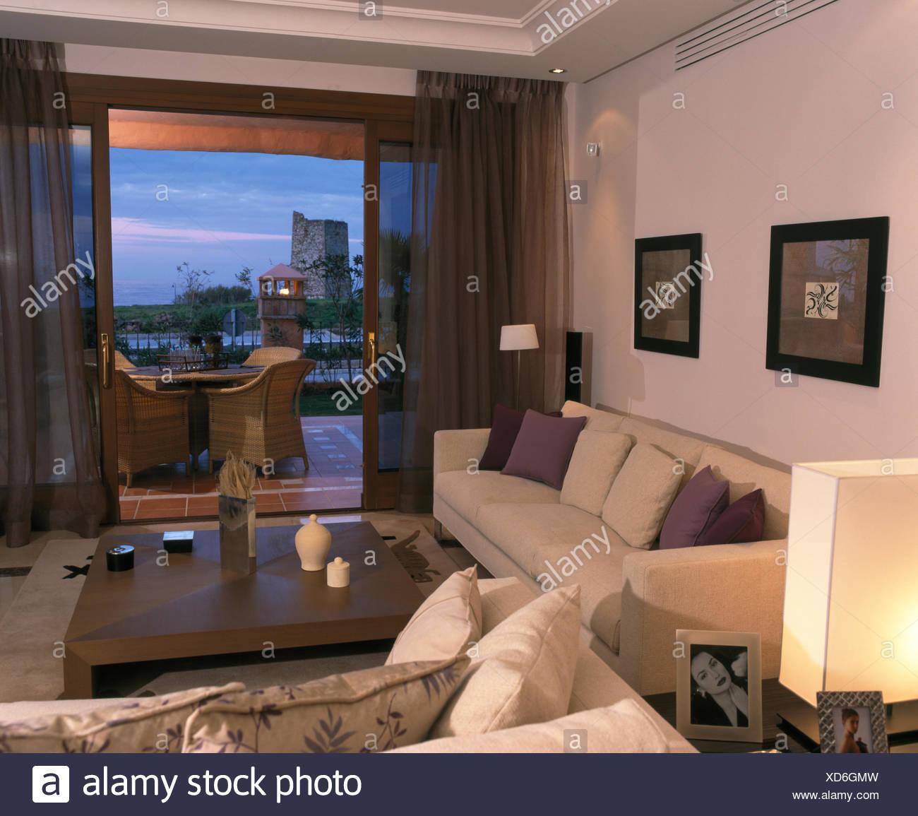 Divani bianchi in spagnolo soggiorno marrone con voile drappeggi su ...