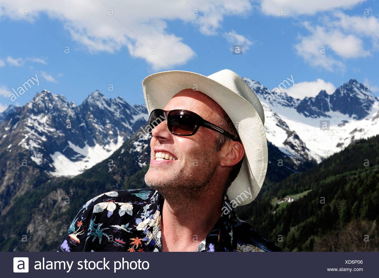 ineguagliabile saldi le più votate più recenti Uomo che indossa un cappello di paglia e occhiali da sole ...