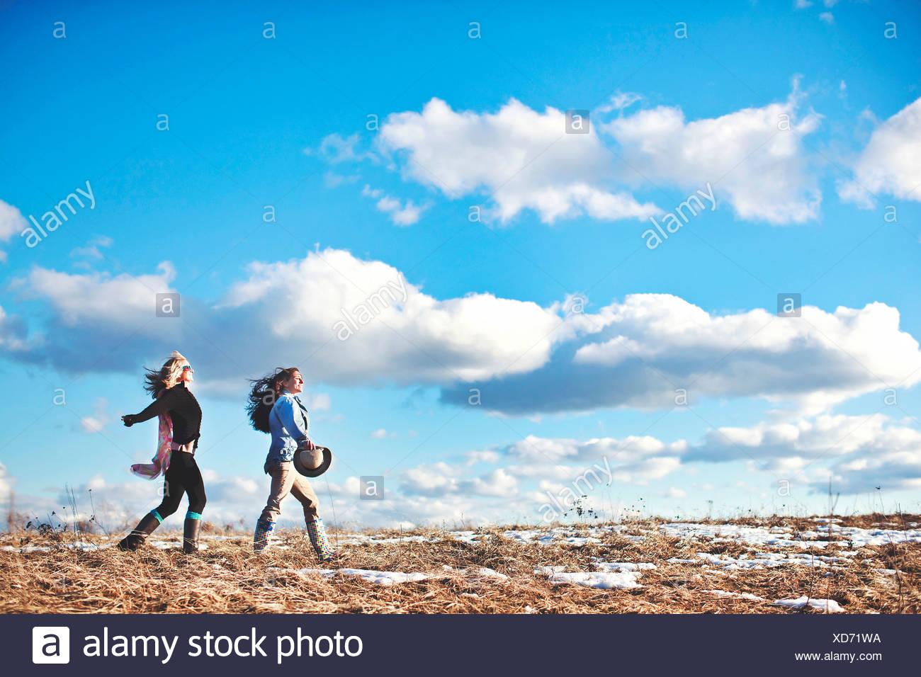 Due donne mature godendo un esilarante a piedi Immagini Stock