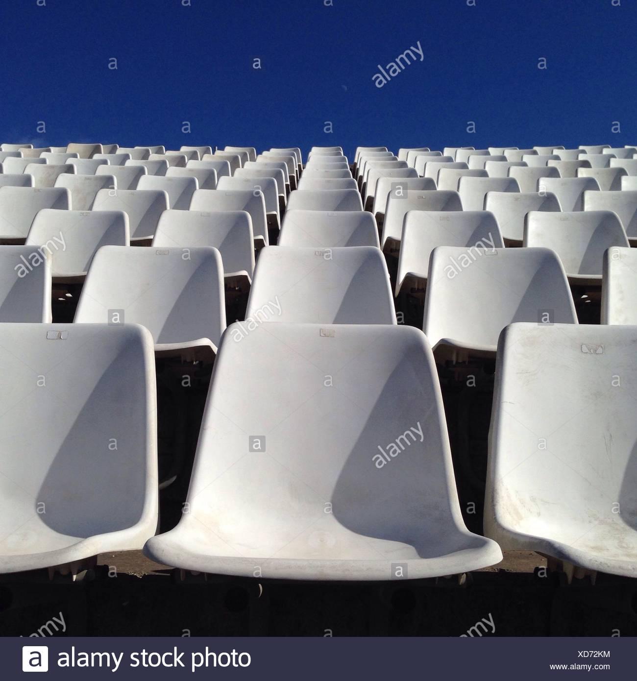 Righe vuote di sedie bianche Immagini Stock
